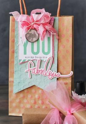 Подарочный пакет из дизайнерской бумаги